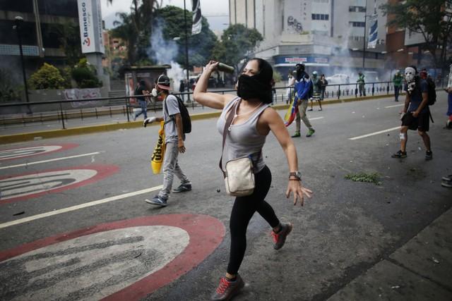 Vì sao nông dân Venezuela bán gà cũng không đủ tiền mua 1kg thức ăn? - Ảnh 2.