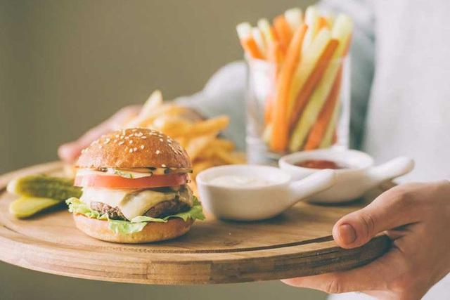 Tần suất các bữa ăn không ảnh hưởng đến tốc độ trao đổi chất và do đó không có tác dụng trực tiếp đến việc giảm cân