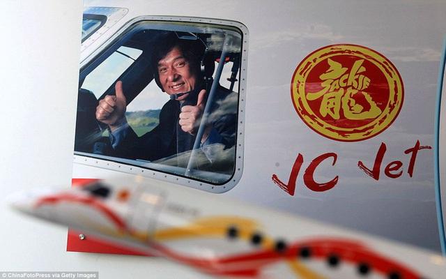 Jackie Chan bên cạnh logo cá nhân và tên của mình được in trên thân máy bay, đánh dấu chủ nhân duy nhất của chiếc chuyên cơ.