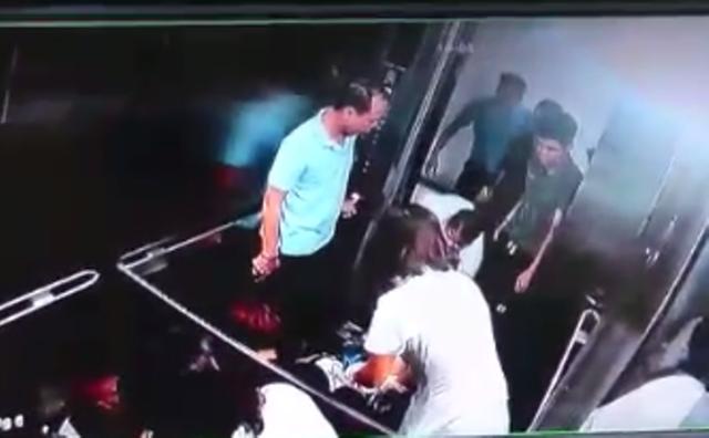 Khách được nhân viên y tế đưa đi cấp cứu.