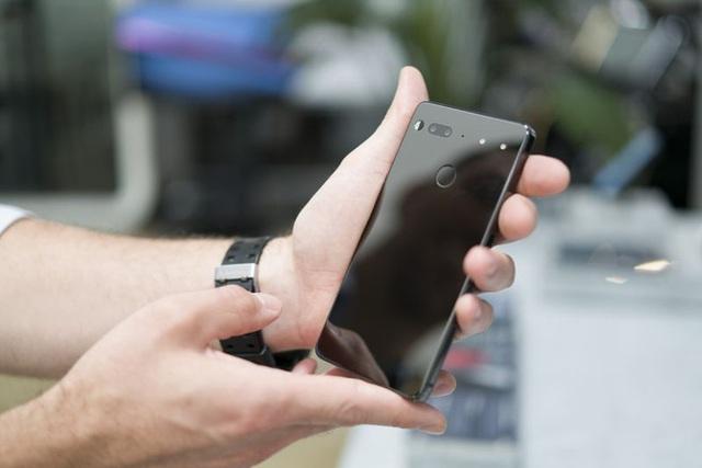 Mặt sau của hotline được làm từ gương như sứ và có phần kết nối làm bằng nam châm, camera kép, và cảm biến dấu vân tay Photographer: Mark Gurman/Bloomberg
