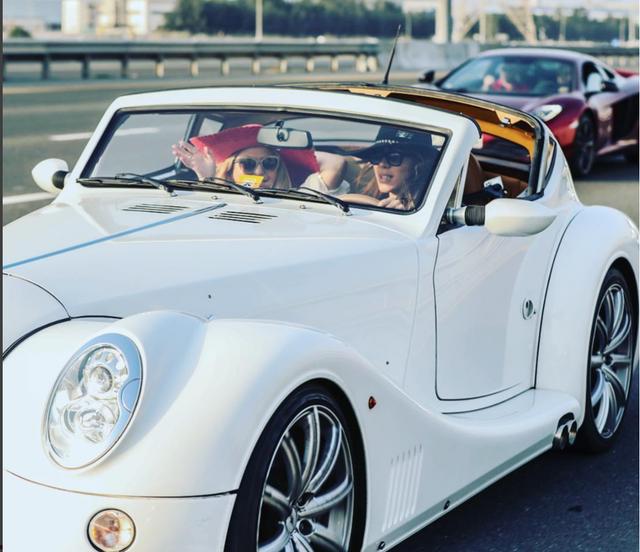 Hanan Mazouzi đang lái siêu xe Morgan Aero SuperSport. Cô cũng sở hữu một chiếc Rolls-Royce Phantom Drophead.