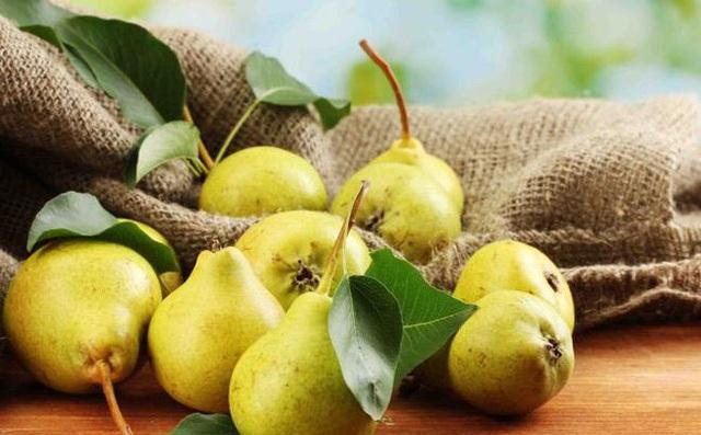 Cũng giống như táo, nước chanh có thể giúp ngăn ngừa màu nâu của trái lê khi cắt ra.