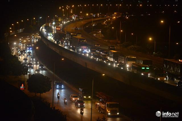 Hà Nội: Vạ vật đến nửa đêm vẫn không bắt nổi xe khách về quê nghỉ lễ 2/9 - Ảnh 1.