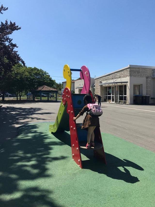 Sân trường thường rất rộng và có một ít trò chơi như cầu trượt kết hợp leo trèo, xe đạp hoặc xe thăng bằng (Ảnh: Nguyên Kan).