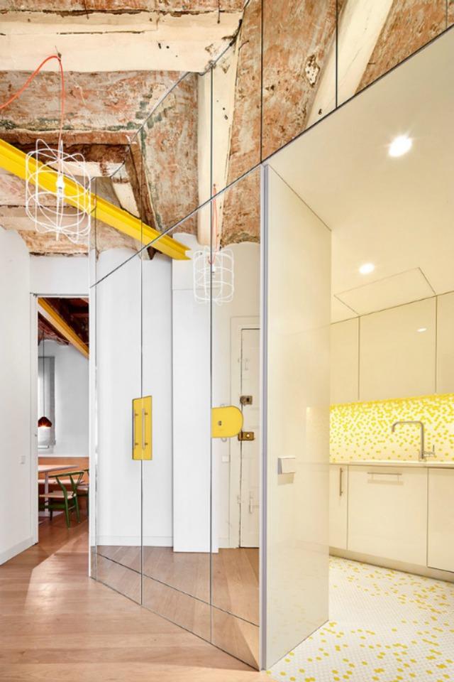 Được thay cửa và tường bằng gương, căn nhà cũ thay đổi không ngờ - Ảnh 2.