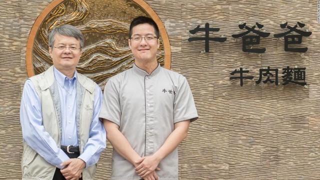 Wang Yiin Chyi (phải) và cha là Wang Tsung Yuan đều là những người rất hâm mộ thịt bò