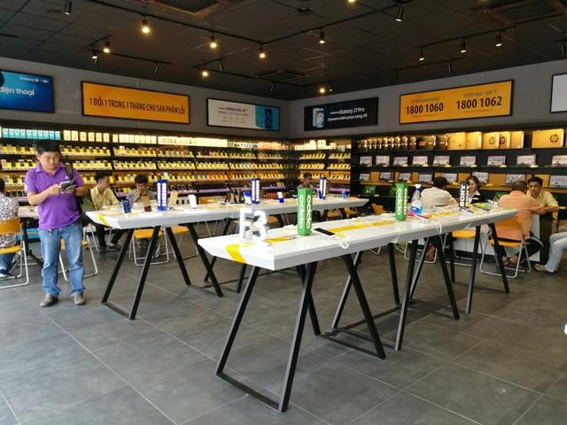 Bên trong cửa hàng mới toanh của Thế Giới Di Động: Đẹp, sang, ít nhân viên - Ảnh 1.