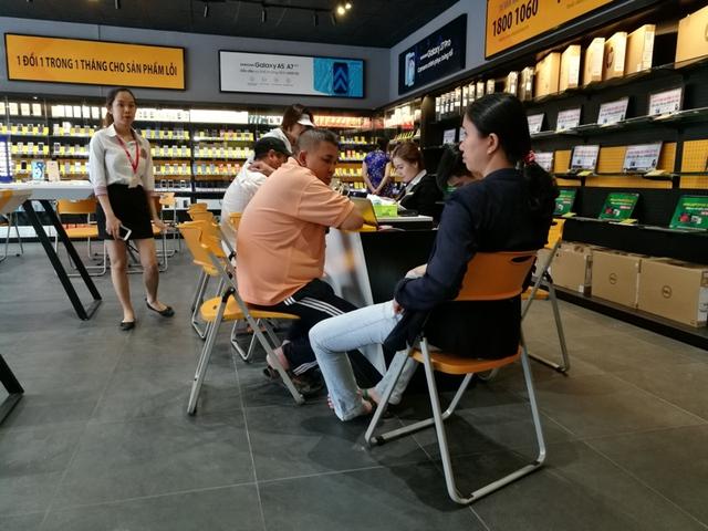 Bên trong cửa hàng mới toanh của Thế Giới Di Động: Đẹp, sang, ít nhân viên - Ảnh 2.