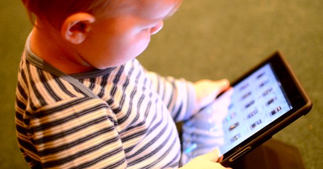 Nhiều bậc phu huynh giờ toàn cho con mình chơi iPad để cho đám trẻ khỏi quấy