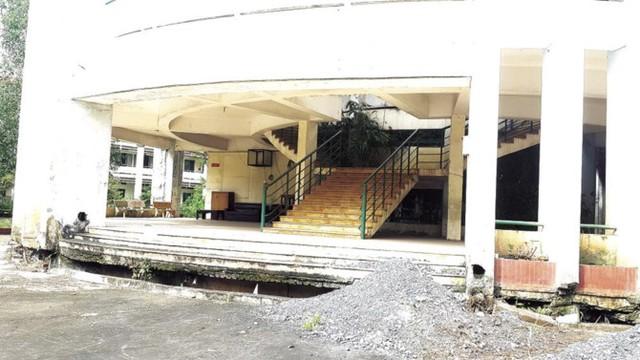 Ngôi trường hàng chục tỷ đồng bỏ hoang giữa Sài Gòn - Ảnh 2.