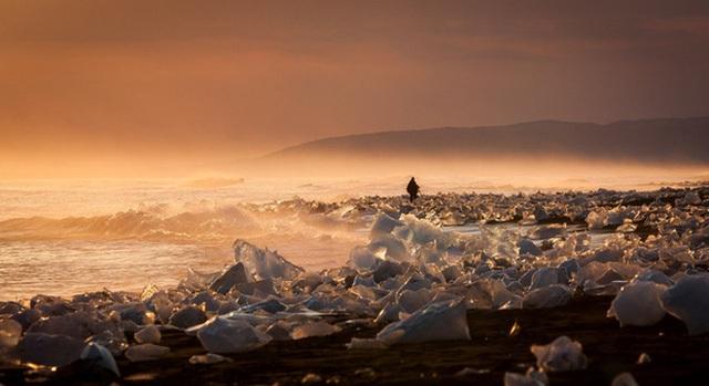 Vẻ đẹp yên bình và vô cùng nên thơ của Đầm bang Jokulsarlon, Iceland, trong khoảnh khắc hoàng hôn buông mình.