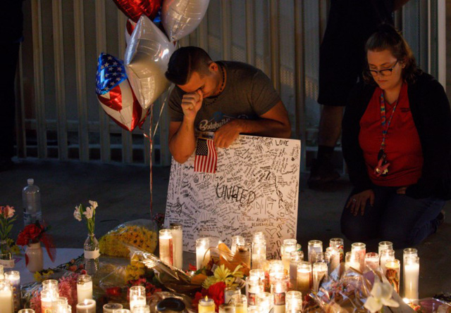 Người dân Las Vegas tưởng niệm các nạn nhân của vụ xả súng kinh hoàng đêm 1-10. Ảnh: EPA