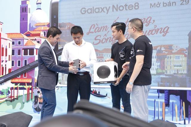 Người dùng nhận loa Onyx Studio 3 khi mua Galaxy Note8 ở FPT Shop