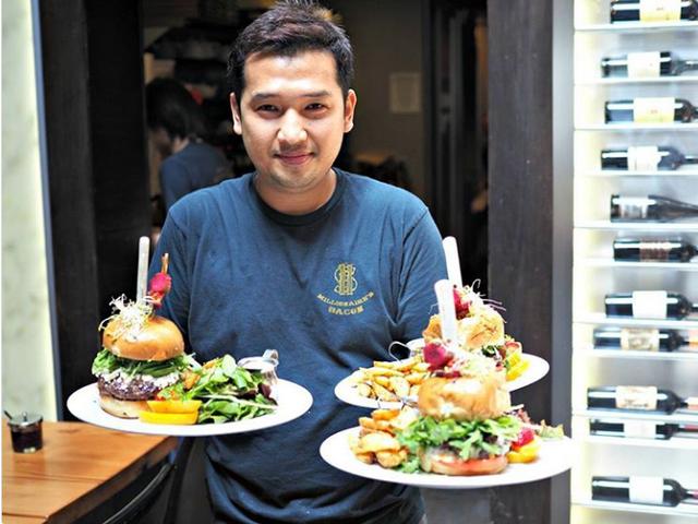 Hoyul Steven Choi, chủ một nhà hàng ở địa phương được coi là người sáng tạo ra món ăn này. Anh bắt đầu bán thịt xông khói triệu phú tại nhà hàng của mình từ năm 2012.