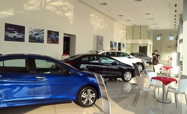 Nhiều khách hàng chờ đợi giá xe giảm thêm