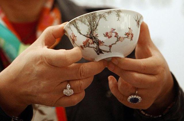 Một chiếc bát sứ nhỏ có thể được bán cả triệu đô: Điều gì làm nên mức giá ngất ngưởng của gốm sứ Trung Quốc - Ảnh 2.