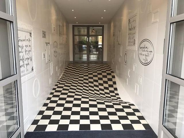 Đỉnh cao sáng tạo: dùng ảo ảnh để ngăn người ta chạy trong hành lang - Ảnh 1.