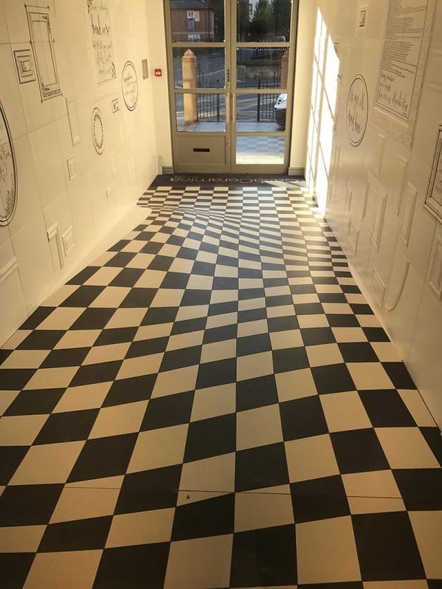 Đỉnh cao sáng tạo: dùng ảo ảnh để ngăn người ta chạy trong hành lang - Ảnh 2.