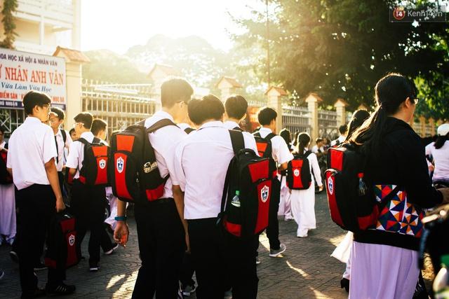 5 giờ 30 chiều, trước cổng các trường Trung học ở Sài Gòn, học sinh bắt đầu ùa ra khỏi cổng. Mới đây, Sở Giáo dục và đào tạo TP.HCM đề xuất duy trì khung giờ ra vào học lệch ca, lệch giờ như đã áp dụng từ năm 2007 đến nay. Theo đó việc vào học và tan học của các bậc học này sẽ lệch nhau 15 phút nhằm giảm bớt tình trạng ùn tắc vào giờ cao điểm.