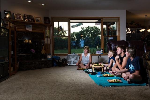 """Bữa ăn tối chuẩn """"văn hóa Mỹ"""" - câu chuyện từ những bức ảnh khiến nhiều người suy ngẫm - Ảnh 2."""