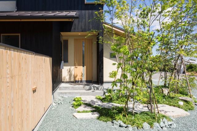 Trên diện tích 83m2, ngôi nhà được thiết kế 2 tầng với không gian tầng 1 là không gian sinh hoạt chung. Khu vực nghỉ ngơi được đưa lên tầng 2 thoáng mát.