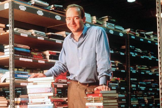 Jeff Bezos thành lập Amazon như một hiệu sách online