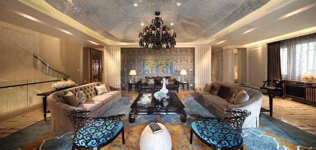 Phòng khách pha trộn nét hiện đại và truyền thống của Trung Quốc cho một cái nhìn hùng vĩ và choáng ngợp.