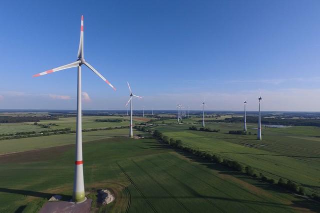 Jeff Bezos đập champagne trên đỉnh turbine gió cao gần 100 mét, khánh thành trang trại điện gió lớn nhất của Amazon - Ảnh 1.