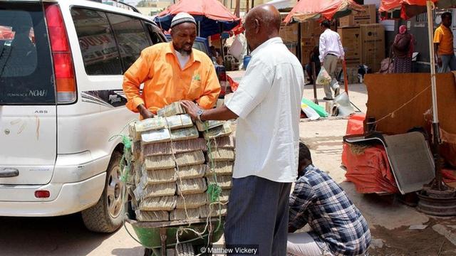 Quốc gia nghèo chẳng có gì ngoài tiền, đi chợ mua rau cũng phải mang cả bao tải, chất tiền thành đống - Ảnh 2.