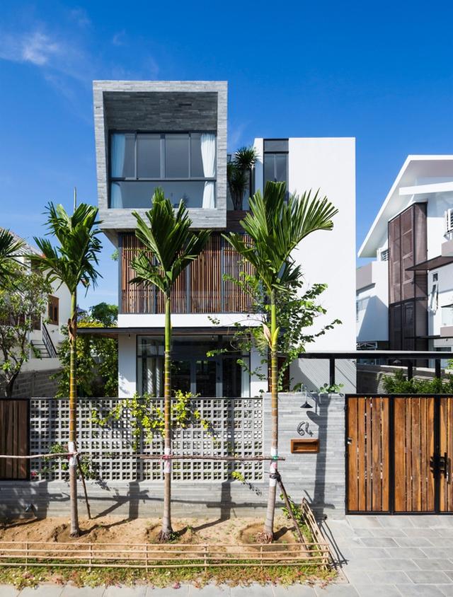 Chất liệu gỗ, kính kết hợp cây xanh tạo nên vẻ đẹp ấn tượng cho ngôi nhà.