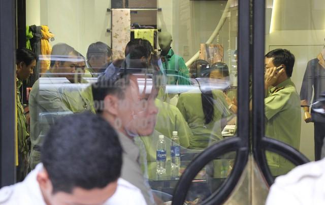 Chi cục Quản lý thị trường đồng loạt kiểm tra các cửa hàng Khaisilk tại Sài Gòn - Ảnh 1.