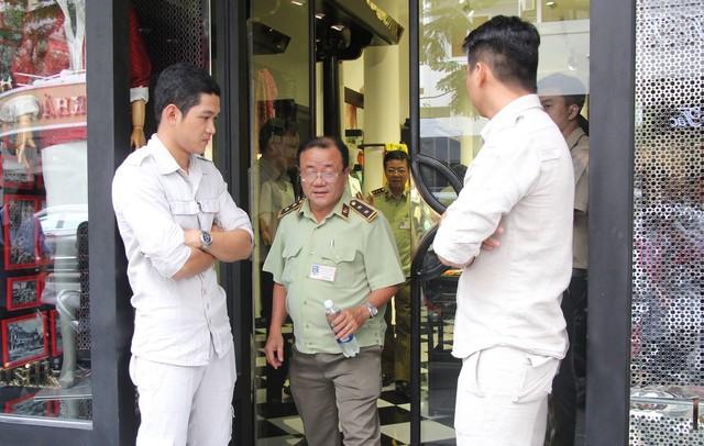 Chi cục Quản lý thị trường đồng loạt kiểm tra các cửa hàng Khaisilk tại Sài Gòn - Ảnh 2.
