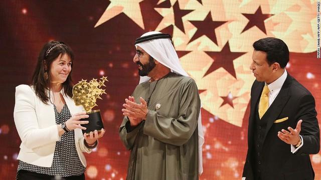 Sheikh Mohammed bin Rashid al - Maktoum, phó chủ tịch hãng bay Emirates trao giải Giáo viên toàn cầu cho giáo viên người Canada, Maggie Macdonnell. Cô đang làm việc tại một ngôi làng gần Bắc Cực. Giải thưởng này trị giá 1 triệu USD (khoảng 23 tỷ đồng).
