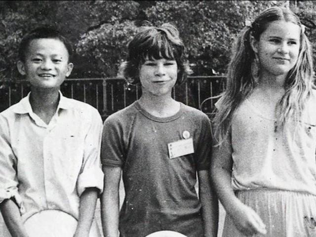 Jack Ma thời niên thiếu là một cậu bé gầy gò, nhỏ con và có niềm đam mê mãnh liệt với tiếng Anh.