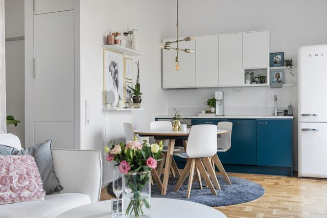Khu vực bếp và phòng khách được bố trí chung trong cùng một không giản mở thoáng rộng với màu trắng chủ đạo giúp tạo ra nét hiện đại, tươi sáng cho không gian sống.