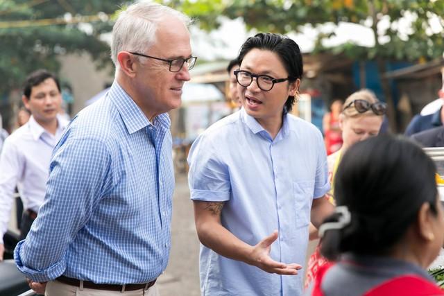 Đầu bếp Luke Nguyễn tranh thủ chia sẻ cách nấu ăn cũng cách như thưởng thức hương bị của những món ăn với Thủ tướng Turnbull. Ảnh: Facebook Australia in Vietnam
