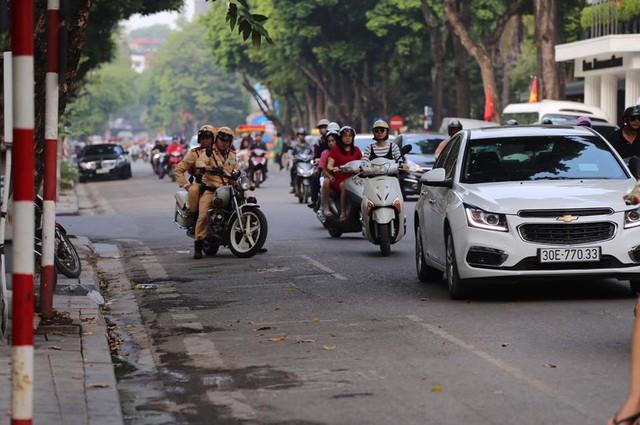 Cập nhật: Tổng thống Mỹ Donald Trump tới Hà Nội, an ninh thắt chặt tại các tuyến đường trung tâm - Ảnh 2.