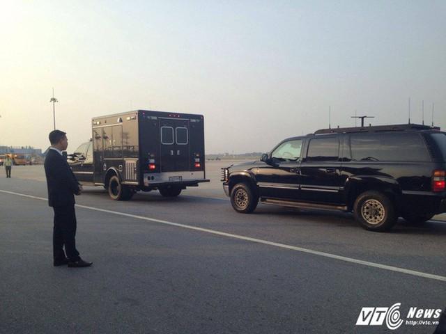 Xe chuyên dụng của Đơn vị Xử lý Vật liệu Độc hại trong đoàn xe hộ tống Tổng thống Mỹ tại sân bay Nội Bài, chiều 11/11. (Ảnh: Hữu Dánh)