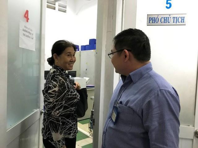 Bà Tư góp ý trực tiếp với ông Đoàn Xuân Vinh, Phó Chủ tịch UBND phường Bến Thành về phần mềm quản lý dân cư dừng hoạt động. Ảnh Đình Du