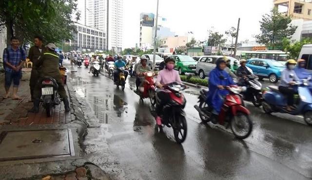 Đường Nguyễn Hữu Cảnh khô ráo trong khi nhiều đường khác ngập nặng.