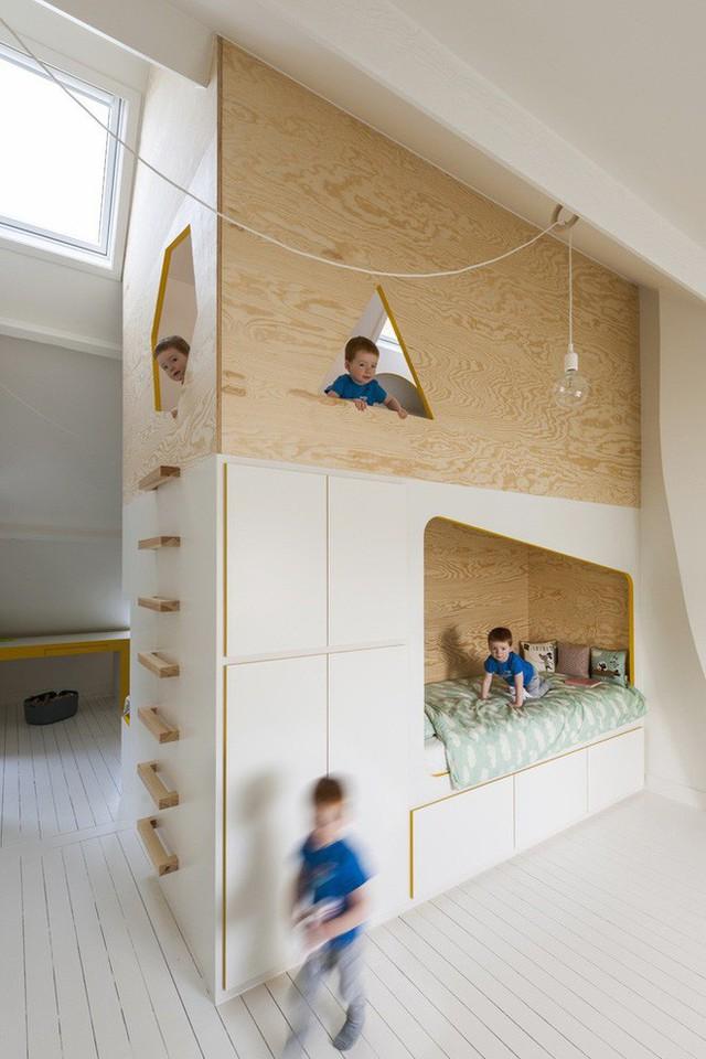 Điểm nhấn của căn phòng là khối kệ gỗ ở chính giữa căn phòng.