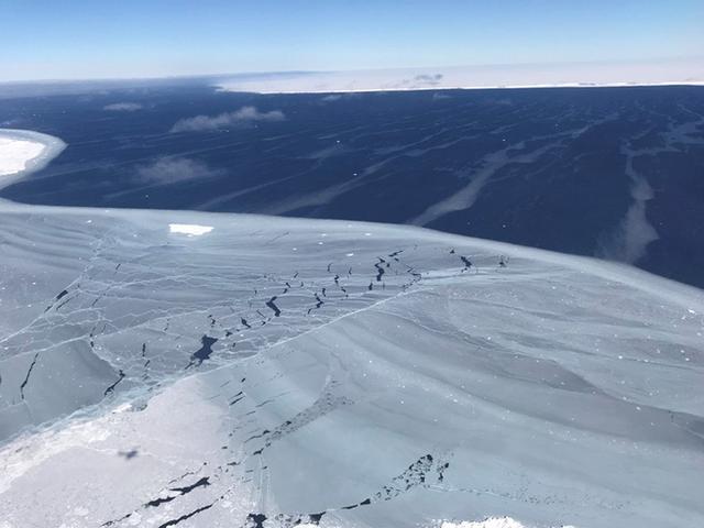 NASA đã chụp được núi băng trôi khổng lồ bị tách khỏi Nam Cực, đây là hình ảnh rõ nét về nó - Ảnh 2.