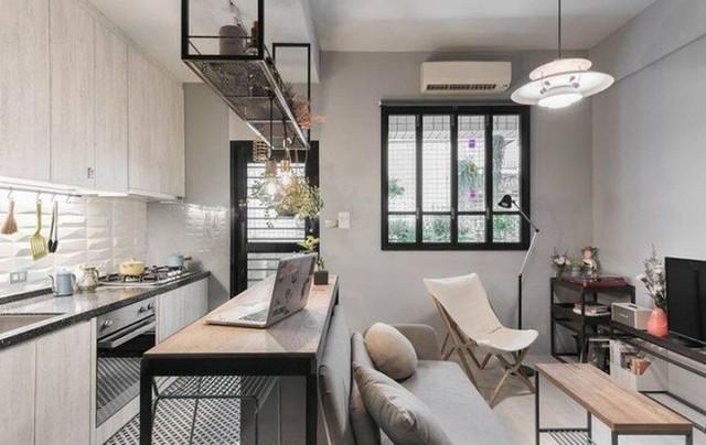 Góc phòng khách được bố trí đơn giản với ti vi kê sát tường, bàn trà và ghế sofa màu ghi trầm đẹp dịu dàng, bình yên.