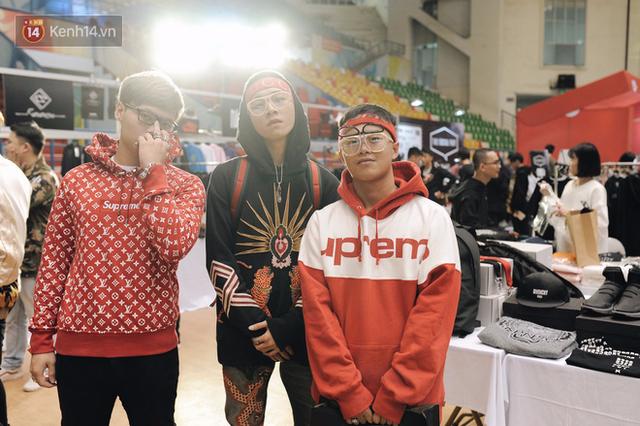 Chiếc hoodie LV x Supreme có giá gần 100 triệu đồng nhưng được khá nhiều bạn trẻ diện.