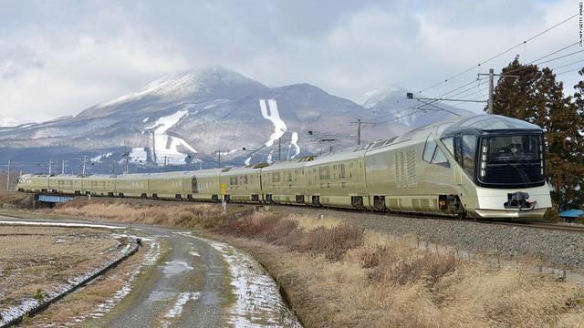 Với giá vé từ 4.200 đến 12.500 USD/người, hành khách trên Shiki-Shima có cơ hội được sử dụng riêng một phòng rộng rãi với tiêu chuẩn 5 sao cùng một người phục vụ cho suốt chuyến đi. Họ chỉ cần mua vé, mọi dịch vụ khác đều được công ty đường sắt lo hết, bao gồm cả ăn uống, đi tham quan hàng ngày trong suốt hành trình.