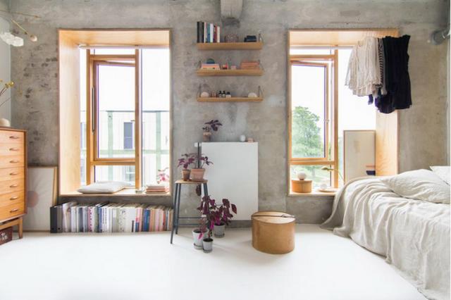 Toàn bộ tường nhà đều giữ lại nét dung dị và giản đơn nhất có thể từ màu sắc đến chất liệu. Nhưng chính sự lựa chọn táo bạo này mang đến nét đẹp đặc biệt và độc đáo cho không gian.