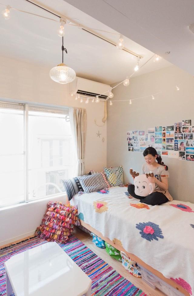 Giường ngủ đơn và gầm giường được tận dụng tối đa để lưu trữ đồ đạc.