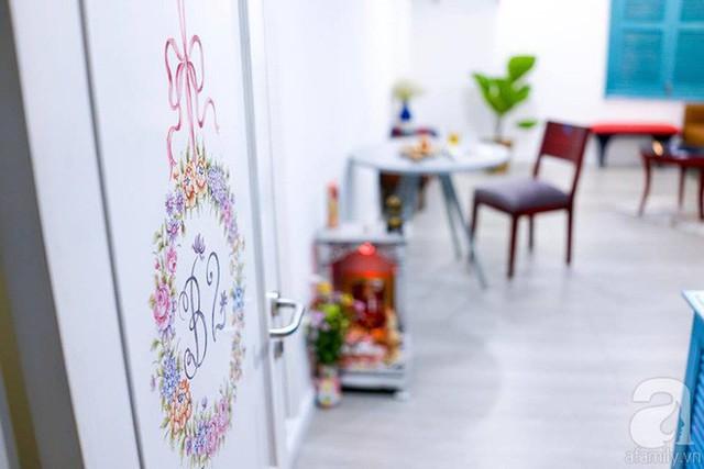 Không gian nhà được trang trí tỉ mẩn với những chi tiết vẽ hoa trang trí đẹp mắt ở cửa...
