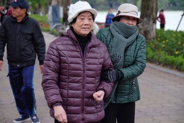 Chùm ảnh: Người Hà Nội co ro xuống phố trong cái lạnh kỷ lục từ đầu mùa - Ảnh 2.